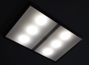 Selbstgebautes LED-Panel an der Decke in Betrieb